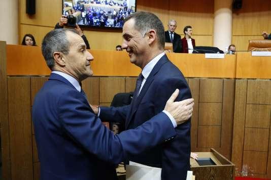 Gilles Simeoni (à droite) félicite Jean-Guy Talamoni, élu président de l'Assemblée de Corse, le 2 janvier à Ajaccio.