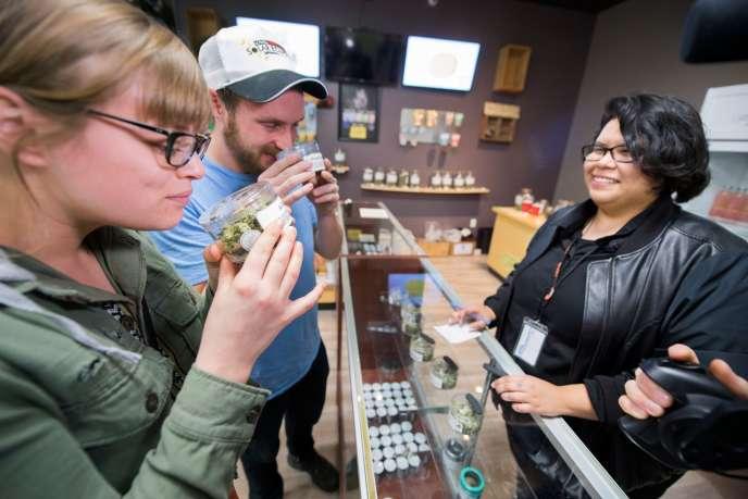 Des touristes en provenance de l'Arizona sentent des bourgeons de cannabis dans le magasin Green Pearl Organics, à Desert Hot Springs, enCalifornie, le 1er janvier.
