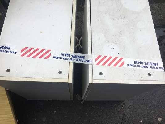 Deux blocs de tiroirs abandonnés sans autorisation sur la voie publique.