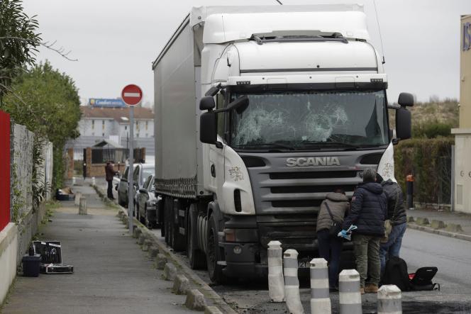 Un camion abîmé lors des violences survenues à Champigny-sur-Marne lors de la soirée du réveillon.