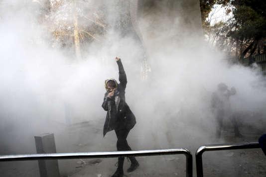 Une manifestante dans les fumigènes de la police, le 30décembre 2017, à Téhéran.