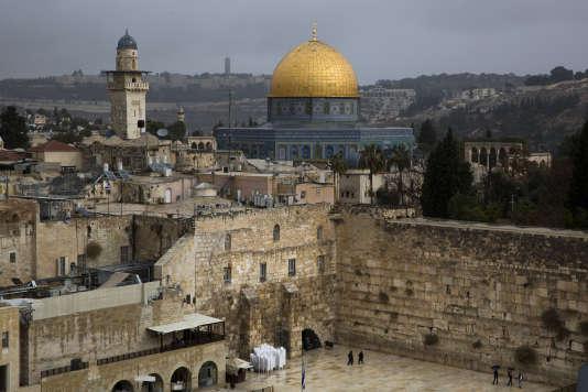 Vue du Dôme du Rocher et du Mur des Lamentations, dans la vieille ville de Jérusalem.