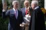 Le juge de la Cour suprême Neil Gorsuch prête serment, le 10 avril 2017 à la Maison Blanche.