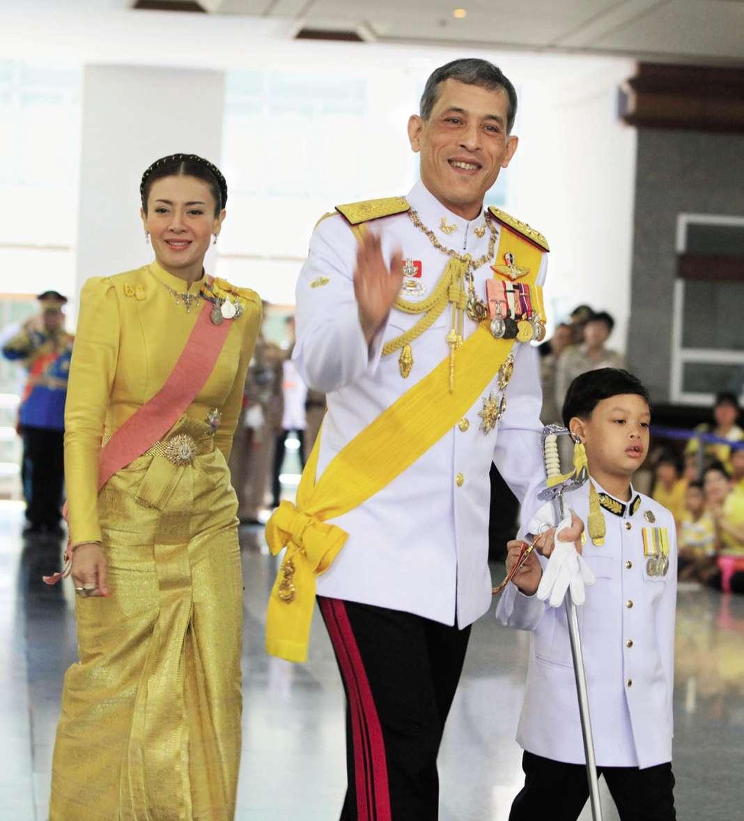 Le prince Maha Vajiralongkorn en 2012 avec sa troisième épouse Srirasmi, répudiée depuis et tenue à distance de leur fils Dipangkorn.