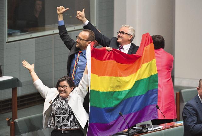 Les parlementaires Cathy McGowan, Adam Bandt et Andrew Wilkiecélèbrent l'adoption de la loi autorisant le mariage homosexuel, le 7 décembre 2017.