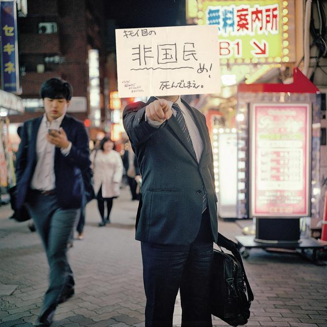 « Tu m'ennuies vraiment. Tellement débile. Meurs! » Hiroshi Okamoto a photographié des passants le visage dissimulé par le contenu des lettres anonymes adressées à l'ex-otage Noriaki Imai.