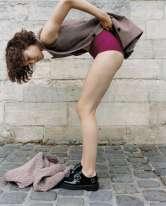Veste en laine à manches amovibles, Stella McCartney. Ensemble culotte et soutien-gorge, Eres.Chaussures en cuir, Yang Li.