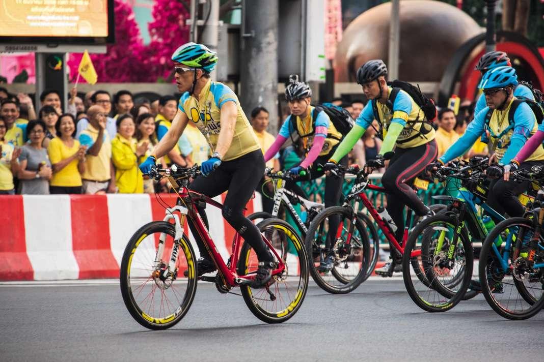 En décembre 2015, le prince Vajiralongkorn organise «Bike for Dad»,une parade à vélo pour l'anniversaire de son père. En marge de l'événement, ilfait arrêter plusieurs personnes, qui meurent peu après dans des circonstances troubles.