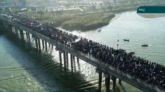 Des manifestants favorables au gouvernement défilent sur un pont d'Ahvaz, le 3 janvier, sur cette image diffusée par Irinn, une chaîne d'information gouvernementale iranienne.