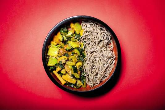 Légumes sautés au wok, nouilles soba – des pâtes japonaises au sarrasin – et graines de lin.