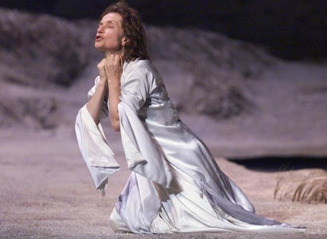 Isabelle Huppert dans la pièce « Médée » d'Euripide, mise en scène par Jacques Lassalle,au Palais des papes à Avignon en 2000.