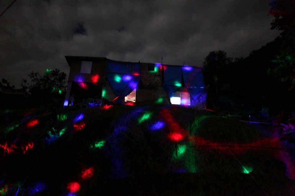 Pendant la fête du Nouvel An, des spots éclairent une maison de Morovis, municipalité de 30 000habitants, qui vit sans courant électrique, seulement avec des générateurs depuis plus de trois mois.