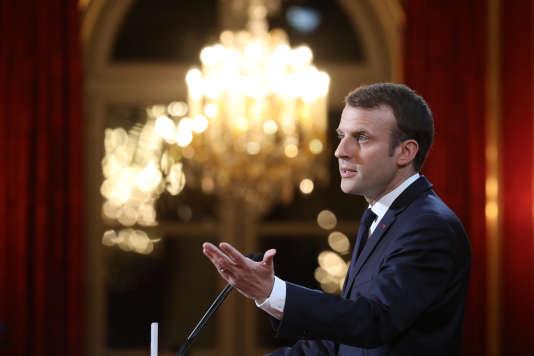 Cérémonie des voeux à la presse d'Emmanuel Macron, le 3 janvier, pendant laquelle il a annoncé qu'un « texte de loi » allait être déposé « prochainement » pour lutter contre la diffusion des fausses informations sur Internet en « période électorale ».