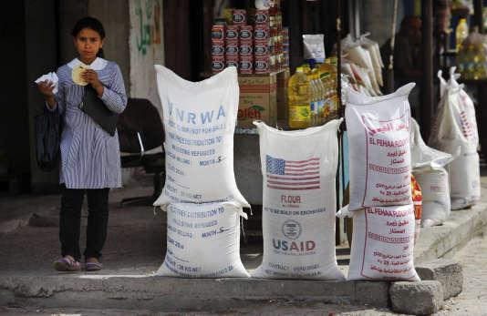 Dans les rues de Gaza en juin2010, des sacs d'aide alimentaire de l'Agence des Nations unies pour les réfugiés palestiniens et de l'USAID.