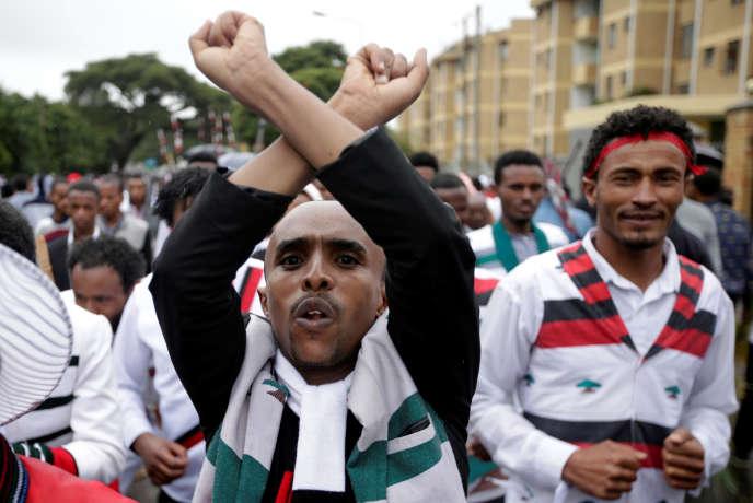 Un homme protestant contre le gouvernement éthiopien lors du festival annuel oromo, à Bishoftu, le 1er octobre 2017.