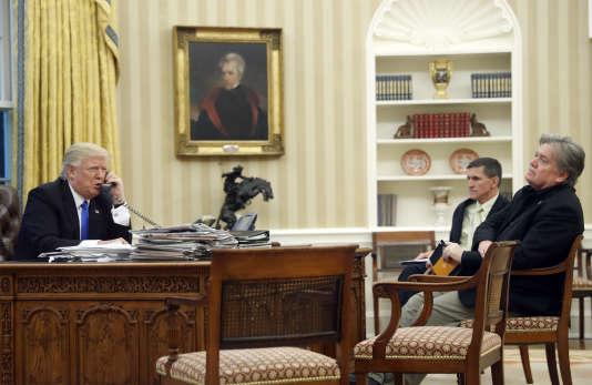 Donald Trump, accompagné de son premier conseiller à la sécurité, Michael Flynn, et son premier conseiller spécial, Steve Bannon, rle 28 janvier 2017.