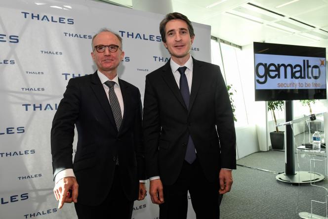 Le patron de Thales, Patrice Caine, pose avec celui de Gemalto, Philippe Vallée, à Puteaux (ouest de Paris), le 18 décembre 2017, après le rachat du spécialiste de la carte à puce par le groupe d'électronique de défense.