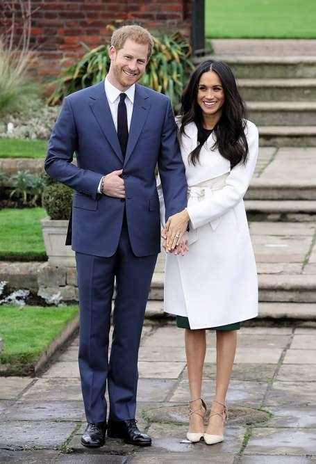 Deux ans après sa démission de l'armée, Harry s'engage enfin. En novembre, le voilà qui annonce ses fiançailles, et son mariage prochain, avec l'actrice américaine Meghan Markle. Mais, derrière le bonheur apparent, une question lancinante : que cache cette main droite glissée entre deux boutons de la veste ? De fortes douleurs gastriques ? Un discret doigt d'honneur ? Le fameux joint d'Eton ? Nil'un ni l'autre. Le prince Harry a simplement appris que la bienséance traditionnelle interdit de poser les bras ballants ou croisés, et que la seule attitude convenable consiste à glisser sa main droite dans sa veste. Quitteàavoir un peu l'air benêt.