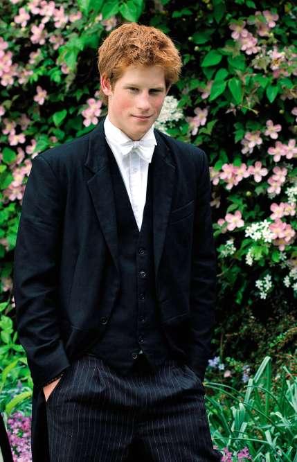 Encore un ado en crise ? Absolument. A 19ans, le prince Henry de Galles, second fils de Charles et Diana, passe ses dernières heures au prestigieux Eton College et affiche l'allure de l'élève qui, au fil des ans, n'a pas fait que bosser sagéo. L'œil est insolent, le cheveu ébouriffé, et l'uniforme al'air sacrément avachi (pour rappel, il suffit de pulvériser un peu de vapeur d'eau sur une veste pour la défroisser). Qui sait, peut-être même que l'ensemble exhale encore cejoint fumé en soirée, quelques mois plus tôt ?