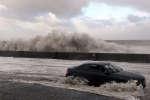 Des vagues s'abattent sur les côtes de New Brighton, au Royaume-Uni, le3janvier2018.