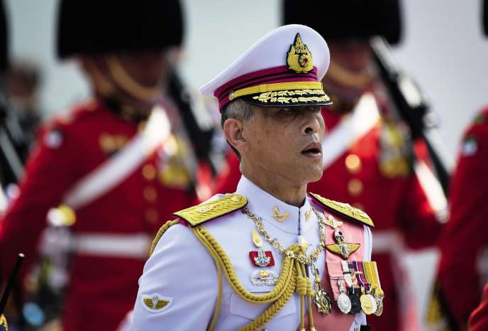 Le roi Maha Vajiralongkorn suit le convoi lors funérailles de son père, le roi Rama IX, le 26 octobre 2017.