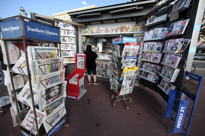 Un kiosque à journaux sur la promenade des Anglais, à Nice.