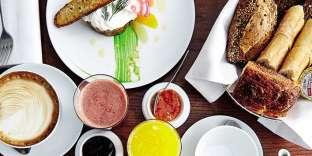 Le tartare de saumon au raifort et l'assiette de petit déjeuner.