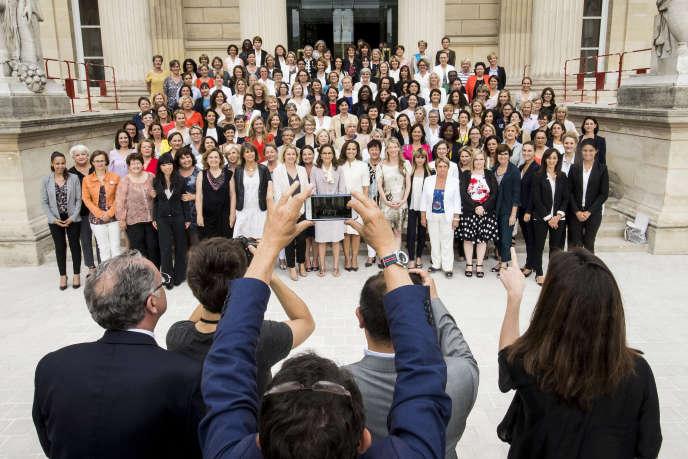Photo de famille des femmes élues parlementaires de La République en marche, àl'Assemblée nationale, le 24 juin 2017.