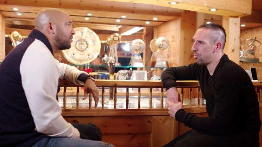 Olivier Dacourt et Franck Ribéry chez lui, à Munich, devant ses trophées en 2017.