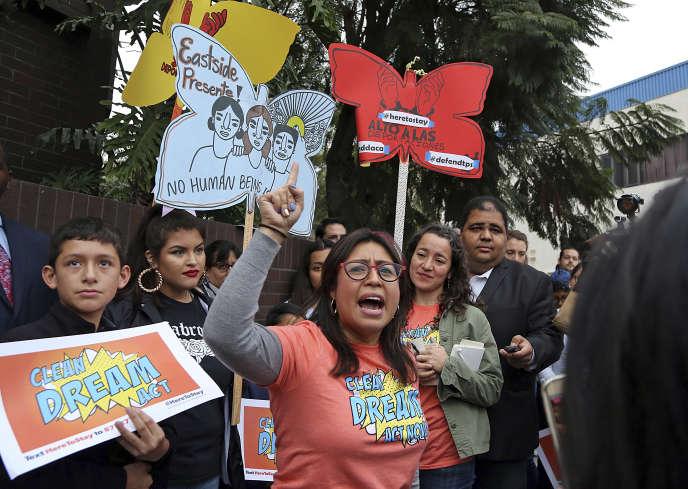 Les manisfestants appellent les démocrates à défendre le Deferred Action for Childhood Arrivals (DACA), dispositif qui permet aux jeunes immigrés de travailler et étudier légalement aux Etats-Unis, mercredi 3janvier, à LosAngeles.