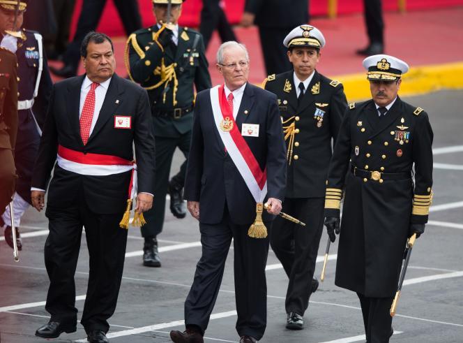 Jorge Nieto, alorsministre de la défense (à gauche sur cette photo), en compagnie du président du Pérou, Pedro Pablo Kuczynski (au centre), àLima, le 29 juillet 2017.