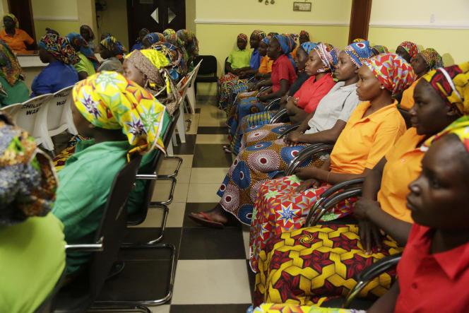 Highschool-Mädchen aus Chibok, die von nigerianischen Extremisten aus der Gefangenschaft entlassen wurden, sind am 8. Mai 2017 in Abuja, Nigeria, abgebildet.