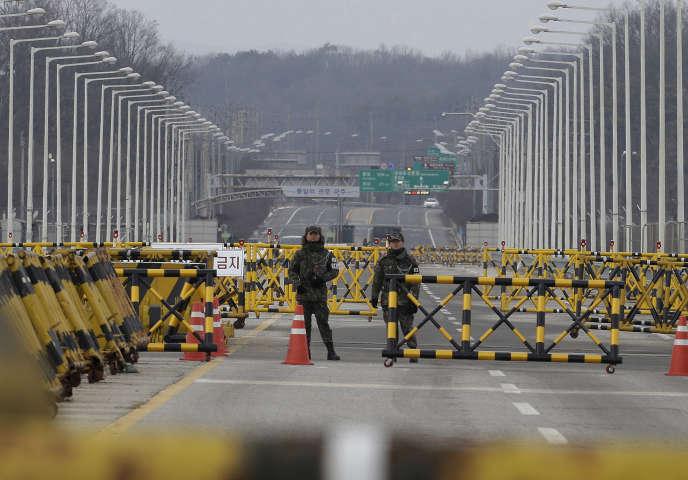 Des soldats sud-coréens montent la garde devant un pont menant à la zone démilitarisée où se trouve le village de Panmunjom, en Corée du Sud.