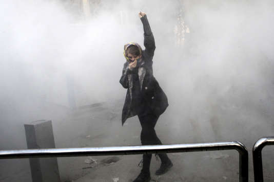Une manifestante étudiante dans les rues de Téhéran, le 30 décembre 2017.