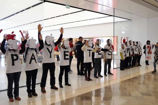 Des membres de l'association Attac manifestent devant un magasin Apple, à Marseille, le 2 décembre 2017.