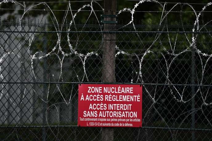 Un message d'avertissement devant la centrale nucléaire de Fessenheim, dans le Haut-Rhin, le 23mai 2016.