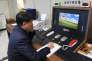Un officiel sud-coréen communique par téléphone avec un officier du Nord, àPanmunjom (Corée du Sud), le 3 janvier.