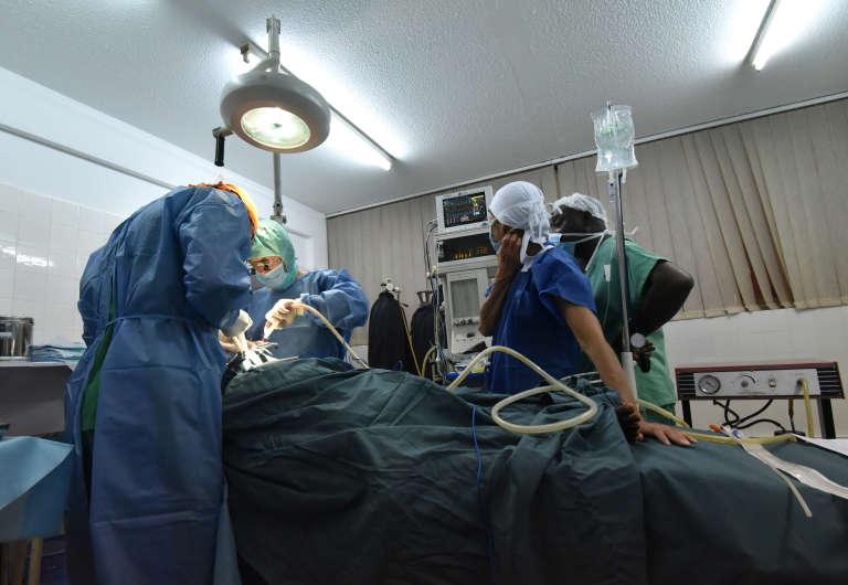 Chirurgie à la clinique privée La Rochelle d'Abidjan en octobre 2017.