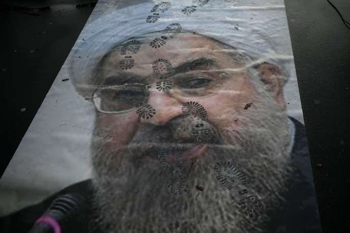 «Le régime n'a plus de légitimité, même chez les déshérités, qui avaient été son appui majeur contre les classes moyennes en2009» (Photo: affiche montrant Hassan Rouhani, lors d'une manifestation à Paris, le 3 janvier, contre les violences en Iran).