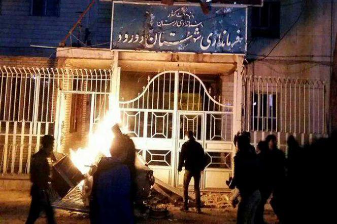 Devant le siège du gouvernorat de Doroud, dans l'ouest du pays, le 30 décembre 2017. Plusieurs personnes ont été tuées lors de l'affrontement.