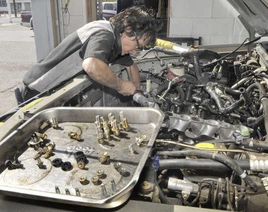 «Un moteur essence coûte entre 1 500 et 2 000 euros ; un diesel, de 3 000 à 3 500 euros ; mais le moteur et (surtout) les batteries d'une voiture électrique se chiffrent entre 2 000 et 7 000 euros. »