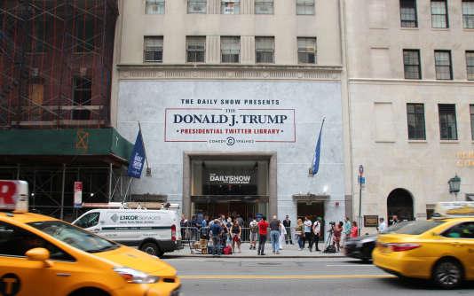 L'entrée du «Donald J. Trump Presidential Twitter Library» à New York, le 16 juin 2017. Une exposition éphémère organisée par l'émission satirique «The Daily Show»autour des Tweet du président américain, organisée tout près de la Trump Tower, à Manhattan.