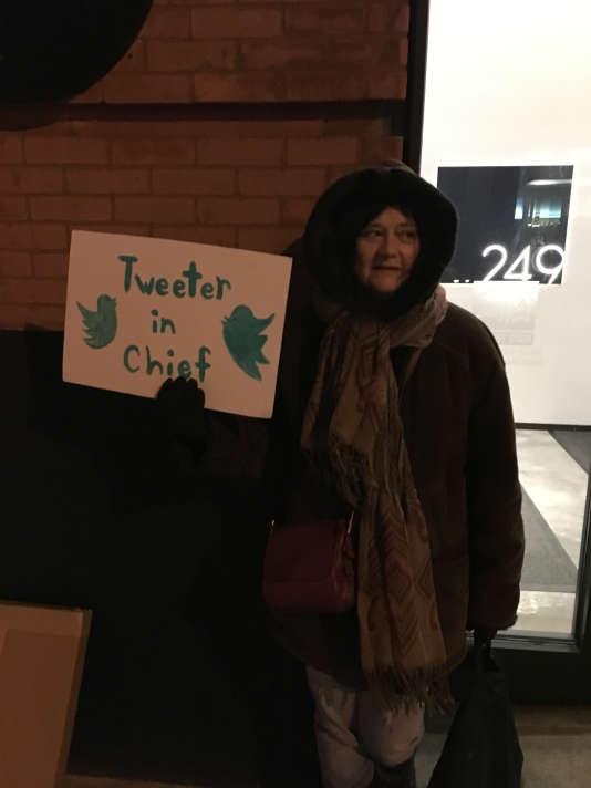 Une militante anti-Trump bravant le froid lors d'un rassemblement devant le siège de Twitter, à New York, le 28 décembre 2017.
