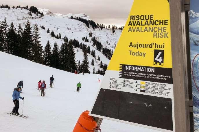 Un panneau de mise en garde sur les risques d'avalanche, vendredi 5 janvier, sur les pistes de la station Les Carroz d'Araches, en Haute-Savoie.