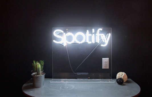 Le logo de la plate-forme suédoise de streaming musical Spotify, lors d'unesoirée de lancement d'album à l'Ace Hotel à Los Angeles en Californie, le 11 décembre.