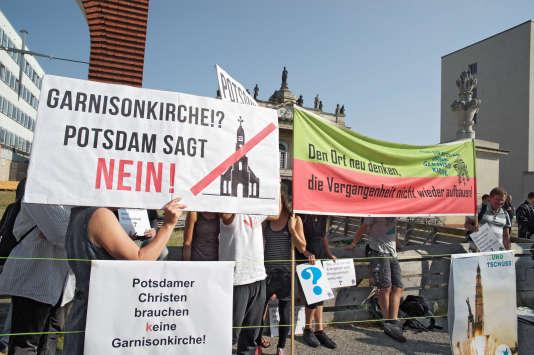 Un rassemblement d'opposants à la restauration de l'église de la Garnison de Potsdam.