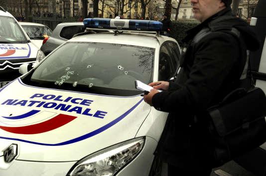 Une voiture de police mitraillée par les frères Kouachi aux abords du siège de « Charlie Hebdo », à Paris, le 7janvier2015.