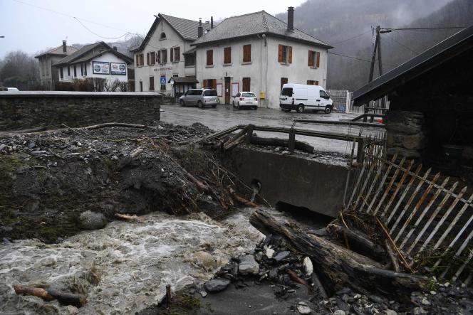 Des inondations torrentielles pendant la tempête Eleanor, le 4 janvier, dans le village de Morêtel-de-Mailles, dans les Alpes iséroises.