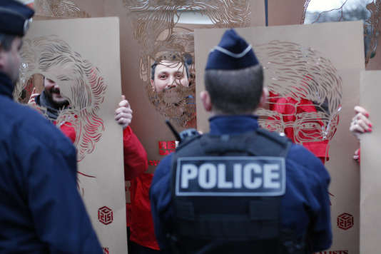 Des membres de RSF manifestent devant l'ambassade turque à Paris, le 5 janvier.