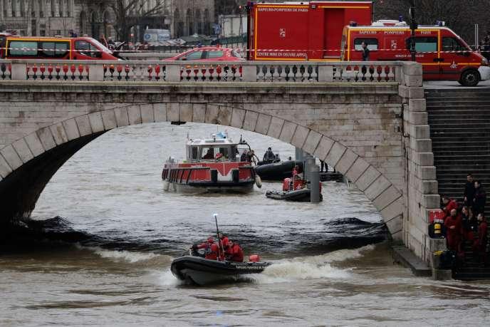 Les pompiers de Paris interviennent près du pont Saint-Michel à Paris après la disparition d'une policière dans le fleuve, le 5 janvier.